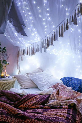 Decorate the curtains above the bed with garlands for sweet dreams
