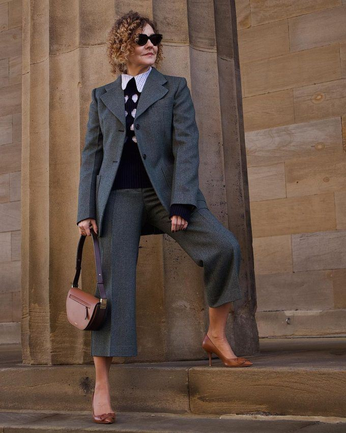 Fitted jacket, straight trousers and length straight to the shoes