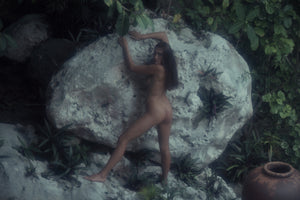 Sashi Vinni posing naked next to large rock