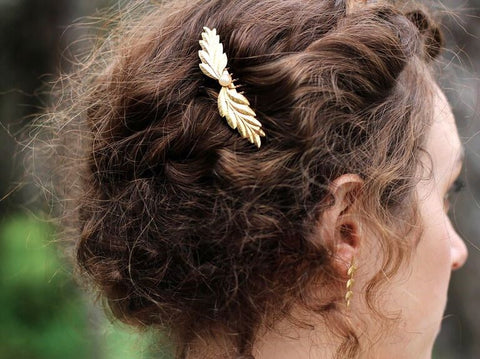 Good news: Gold wedding hair accessories work for any style, color or hair type so shop these gorgeous looks now to enhance your charm.