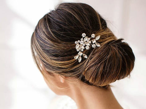 This captivating bejeweled bridal head chain can become an ideal choice for brides because of its simple elegance and unbelievable price. You also may add some charm with this wedding headpiece if you're wearing your straight or wavy hair down