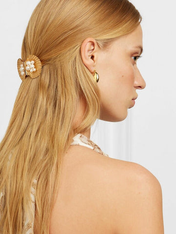 This simple gold comb is a striking addition to any updo hairstyle that is great for brides with wavy to curly hair