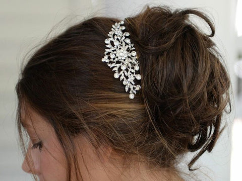 Looking for a luxurious wedding headband? Look no further. This 24-karat gold wedding hair accessory will give you an outstanding look