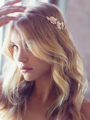 Sparkly bridal hair combs not only bring to you an attention-grabbing look but also the modest and dainty beauty with a sophisticated updo.