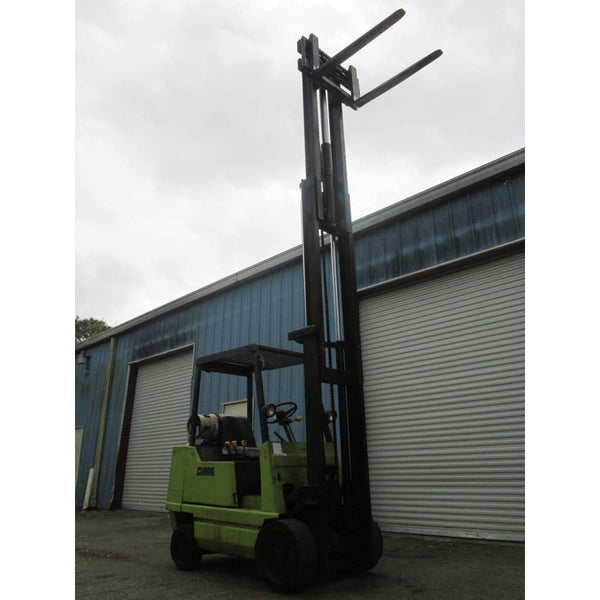 Clark GCS25 5000lb LPG Forklift w/ Side Shift 188 Triple Mast - Forklifts