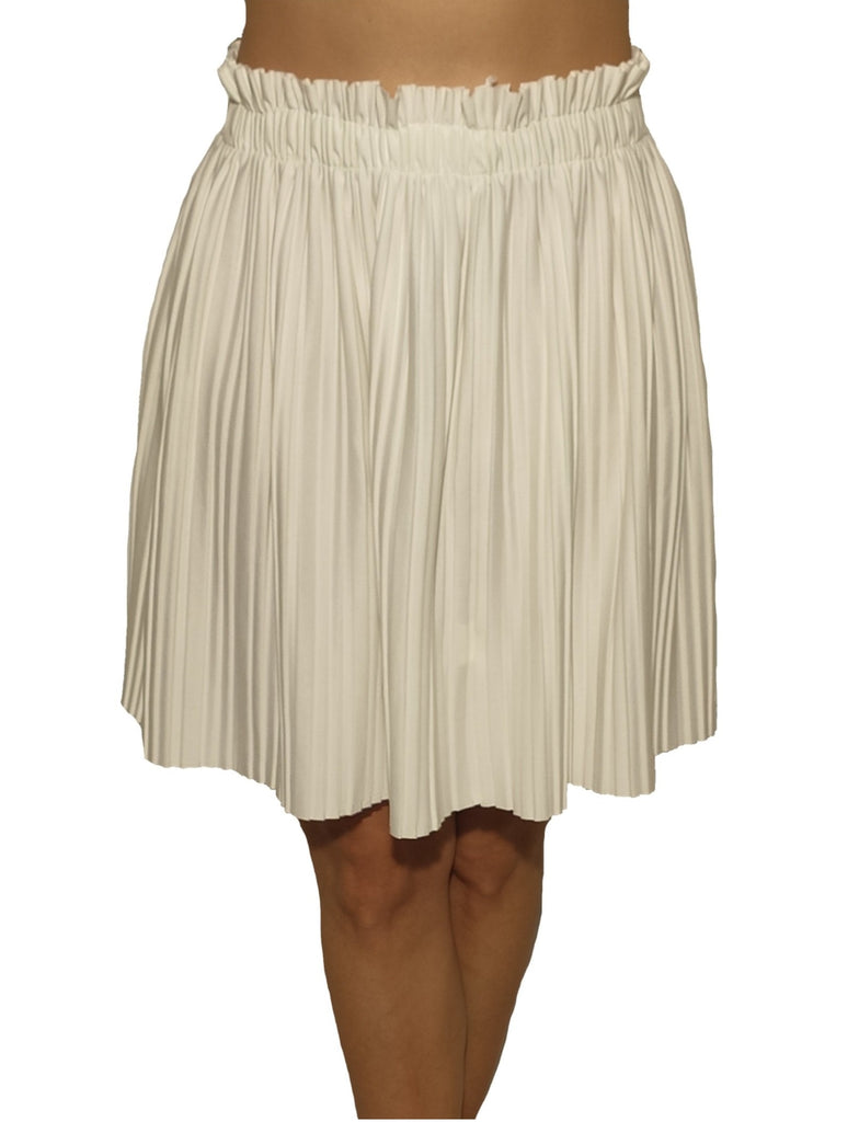 girl-wears-a-white-elastic-skirt-with-motive