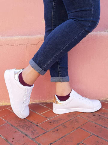 girl-wears-white-sneakers