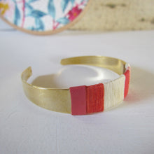 Load image into Gallery viewer, Bracelet jonc or travaillé de cuir et fils tons rose