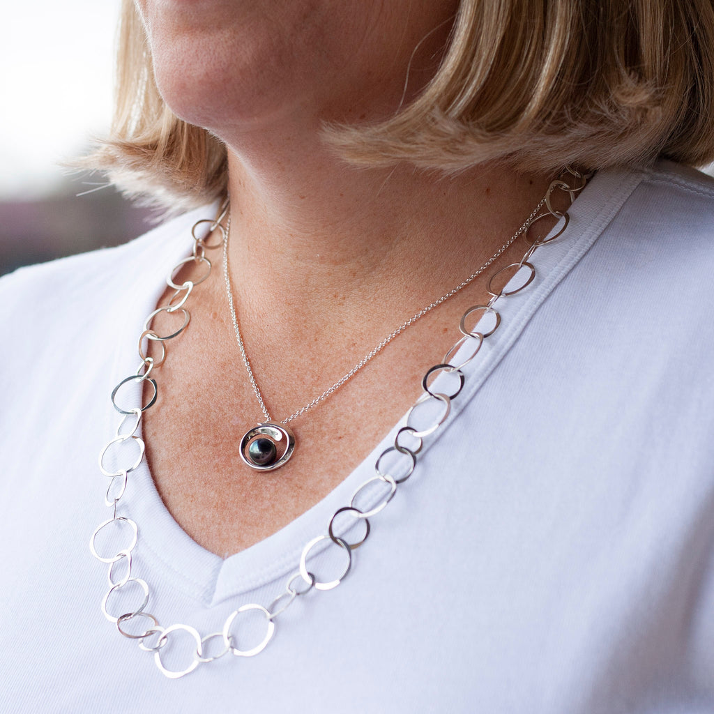 Overlapping Curl Black FW Pearl Necklace