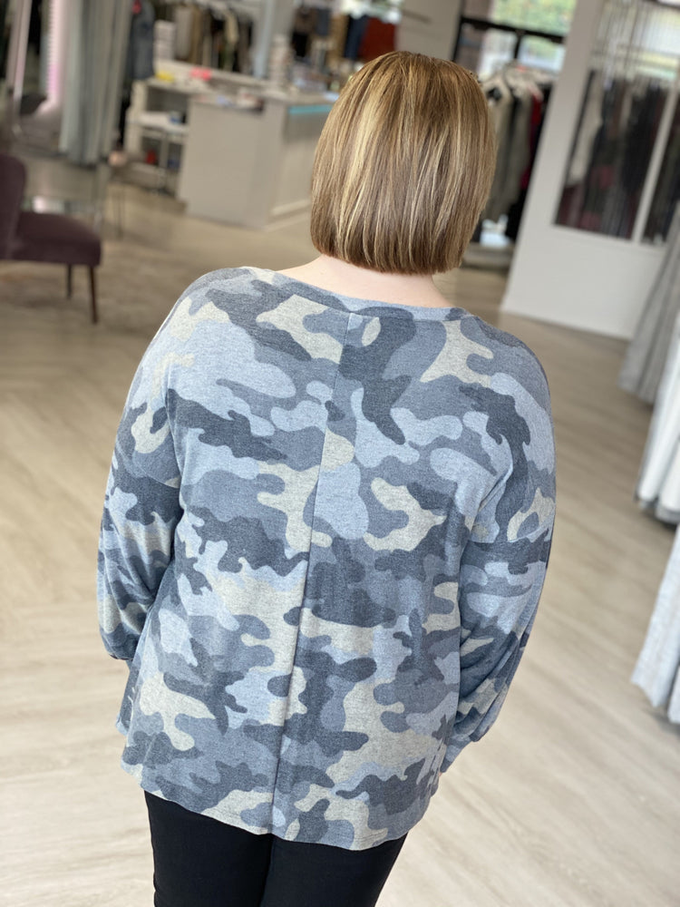 COZY CAMO TEE WITH STITCHING DETAIL