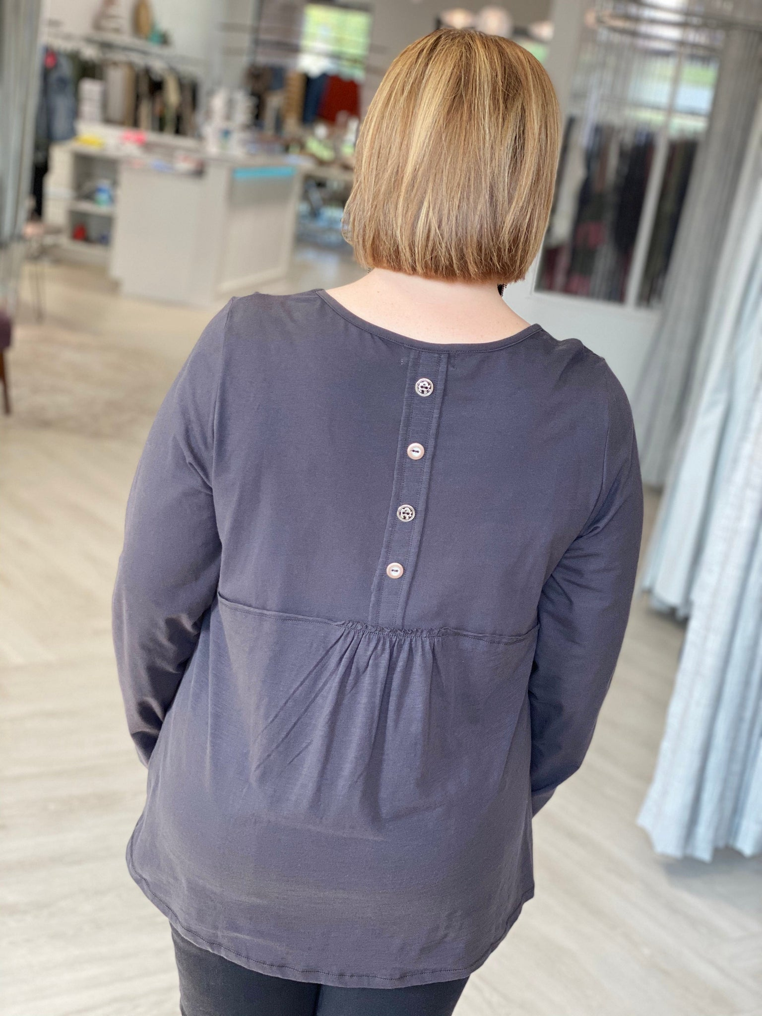 LONG SLEEVE TUNIC TEE WITH GATHERED BACK AND BUTTON DETAIL IN CARBON