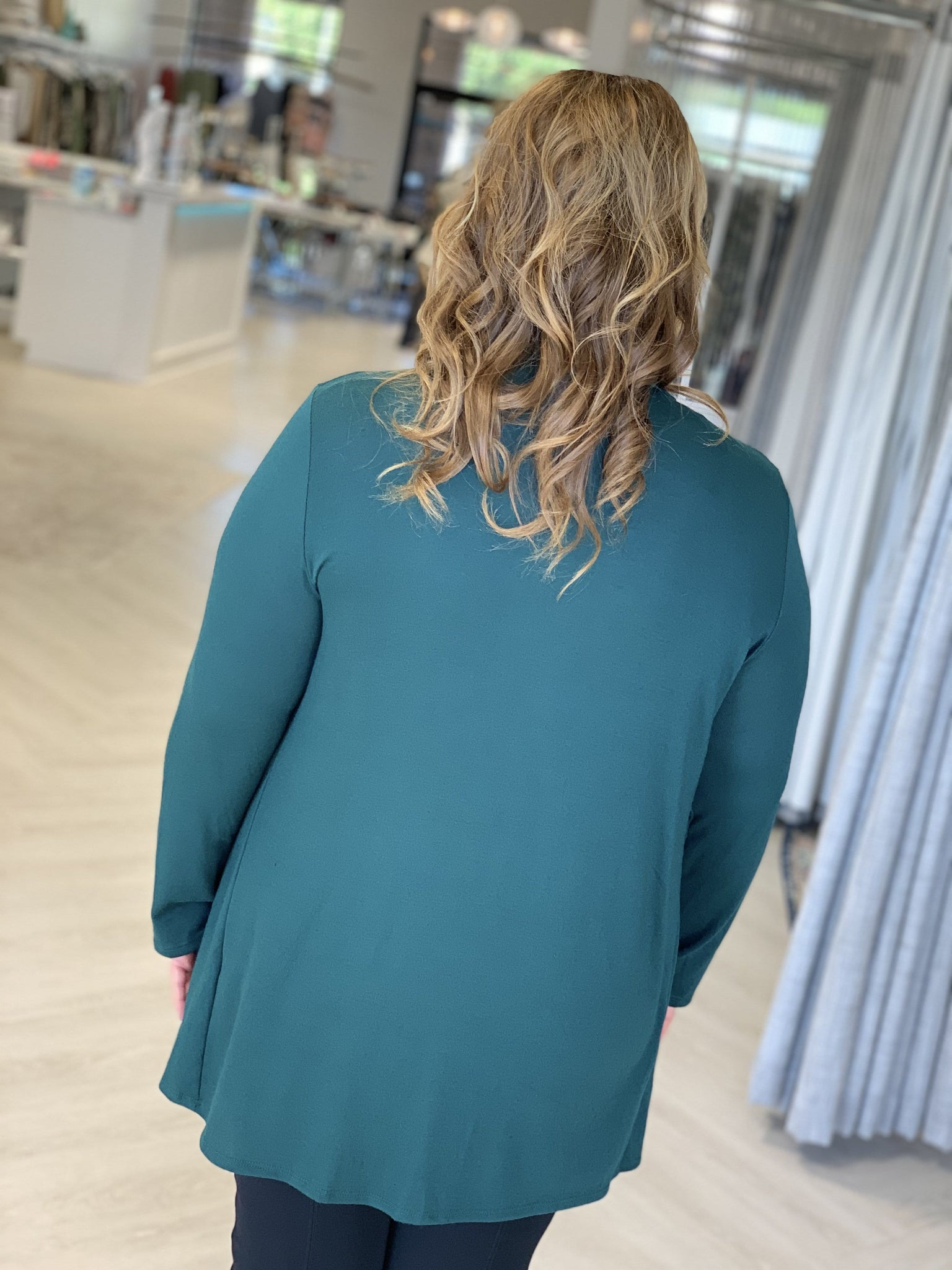 SOLID LIGHTWEIGHT DRAPE FRONT CARDIGAN IN FOREST GREEN