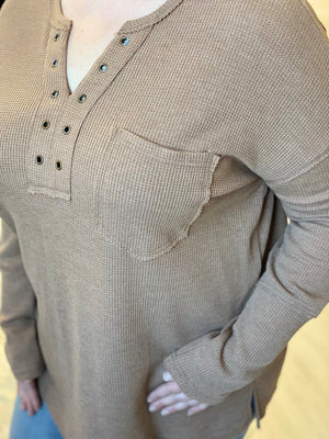 THERMAL TEE WITH GROMMET DETAIL IN CAMEL