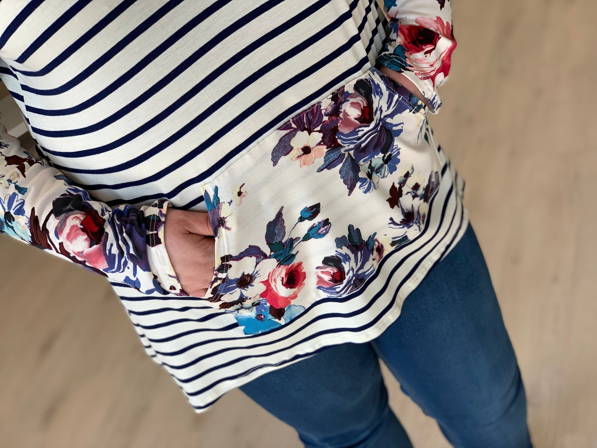 FLORAL AND STRIPE HOODED PULLOVER TEE