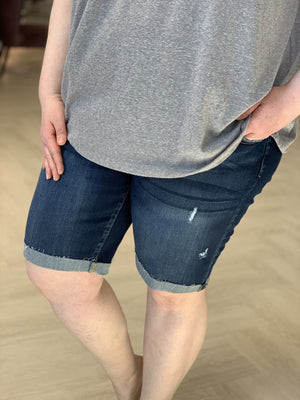 MID-RISE SLIGHTLY DISTRESSED BERMUDA SHORTS