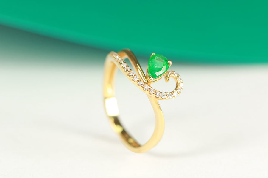 Gin & Grace Valentine's Jewelry 18K Yellow Gold Natural Pear Cut Emerald with Diamond (I1,I2) Anniversary Engagement Twirl Propose Promise Ring for Women