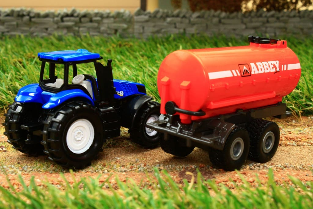 1642 SIKU 187 SCALE NEW HOLLAND TRACTOR WITH ABBEY SLURRY TANKER