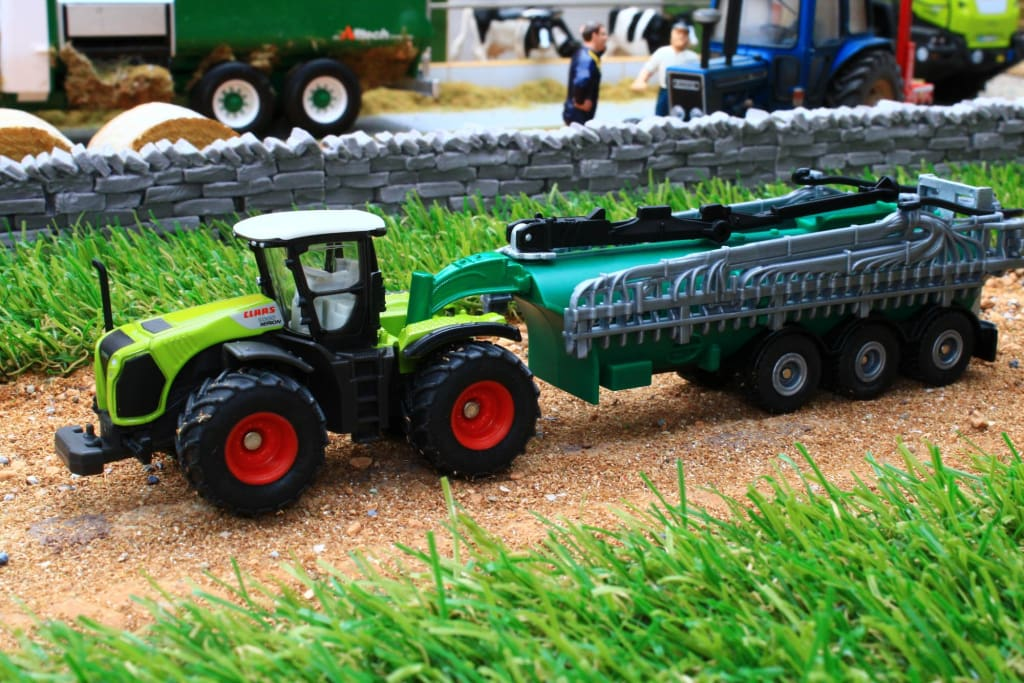 1827 SIKU 187 SCALE CLAAS XERION WITH SLURRY TANKER