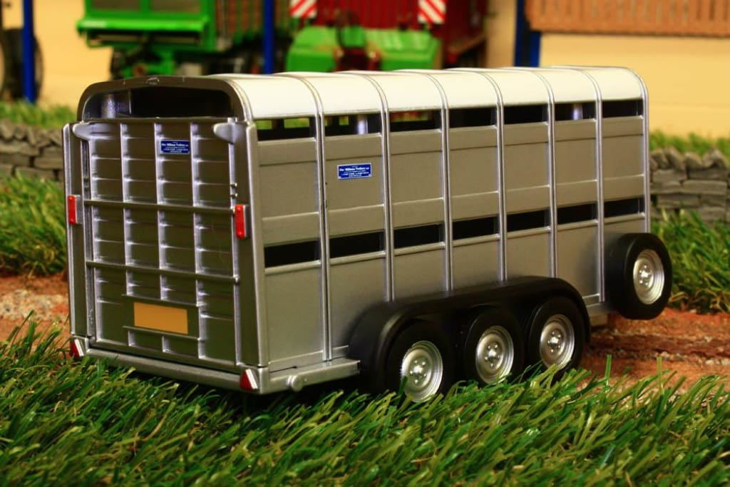 40710A1 Britains Ifor Williams Livestock Trailer With Two Decks Tractors And Machinery (1:32 Scale)