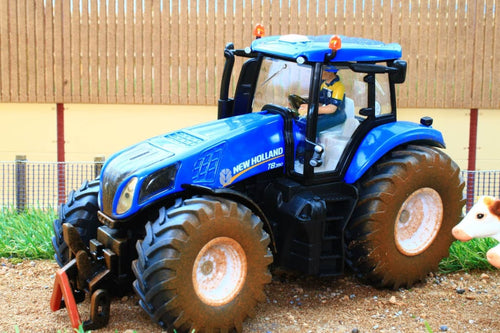 8607 SIKU MUDDY NEW HOLLAND TRACTOR WITH IFOR WILLIAMS STOCK TRAILER AND 2 COWS