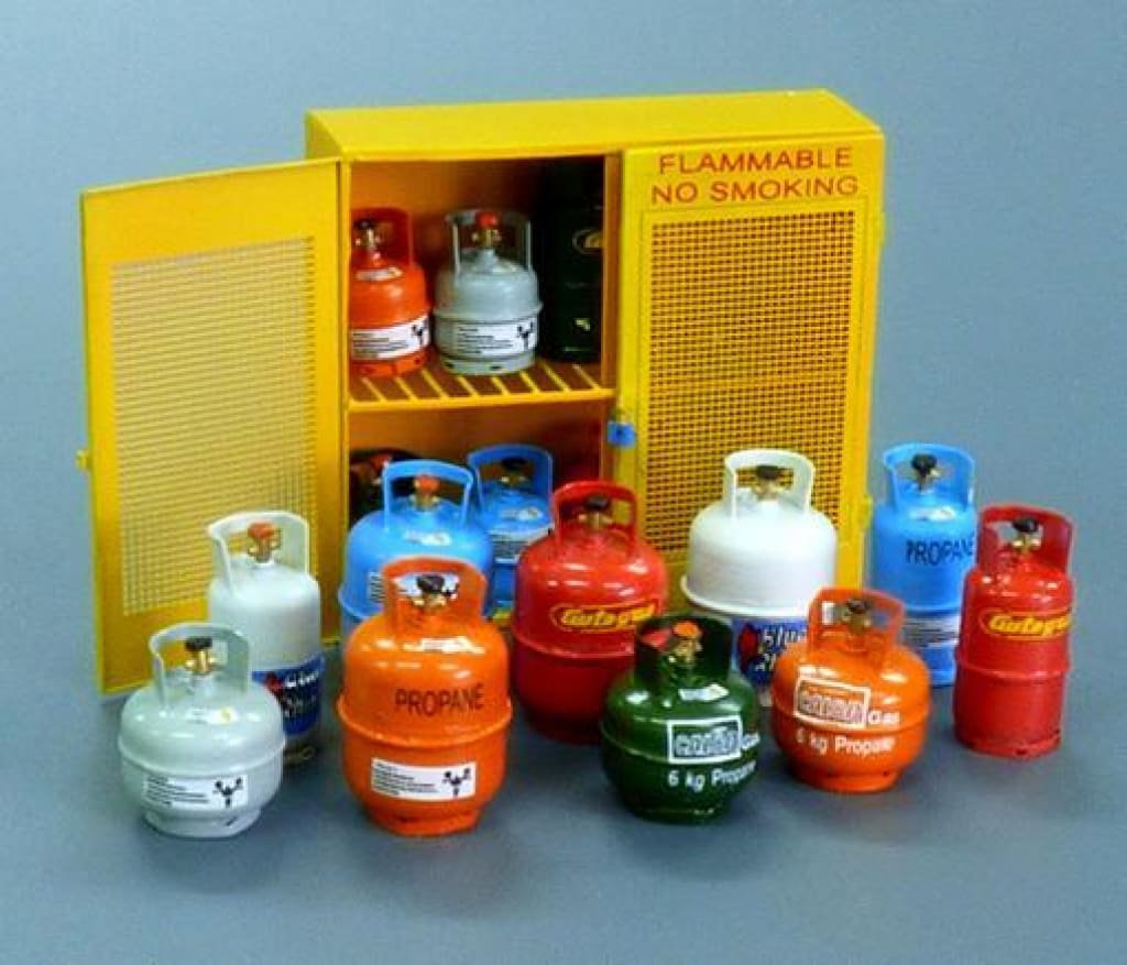PLM518 Plusmodel Gas Bottles (135 Scale)