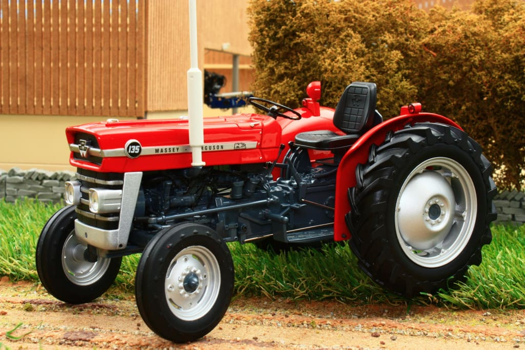 UH2698 UNIVERSAL HOBBIES 116TH SCALE MASSEY FERGUSON 135 TRACTOR BANNER LANE MUSUEM VERSION