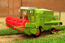 Load image into Gallery viewer, Usk30012 Usk Claas Dominator 85 Combine Harvester - With Cab Tractors And Machinery (1:32 Scale)