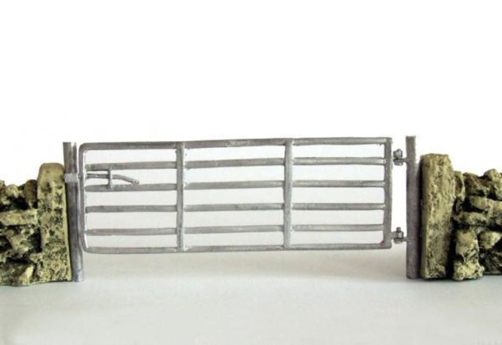HLT-WM03512 A Single 12 foot Field Gate with Post (3.63 metres) to 1:32 Scale