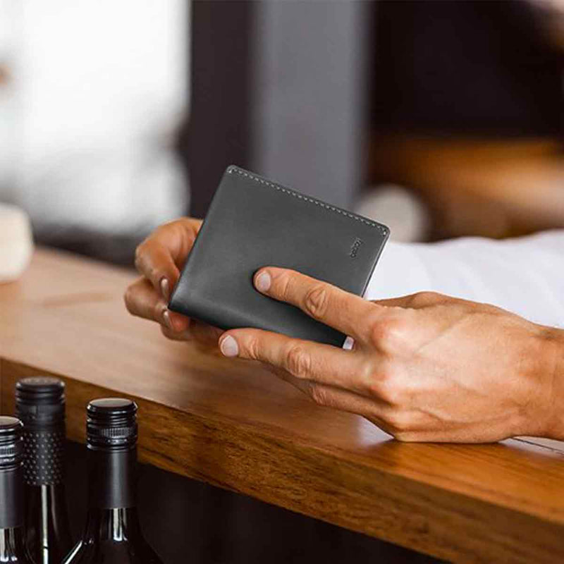 Bellroy Note Sleeve Charcoal Artic Blue man cafe