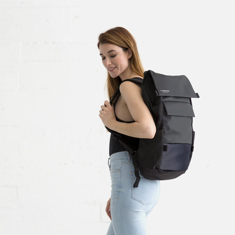 Timbuk2 Robin Jet Black model woman