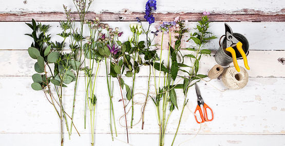 Our summer hand tied posy workshop… an evening of flowers and fizz