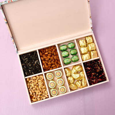 Delightful Combo of Dryfruits, Chocolates & Flavored Tea-800gms