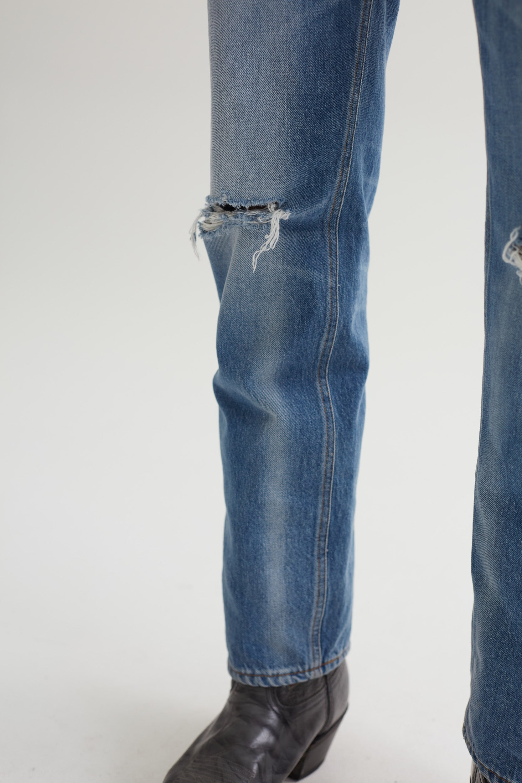 STRAIGHT CUT JEANS DISTRESSED BLUE