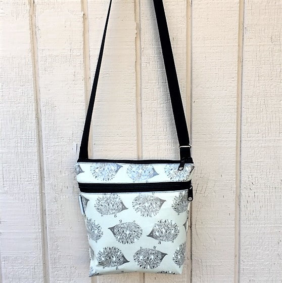 Medium Travel Purse in Hedgehogs print