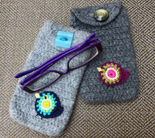 Load image into Gallery viewer, Crocheted pouch with a little bird