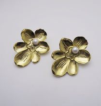 Load image into Gallery viewer, ORCHID EARRINGS - BRASS.