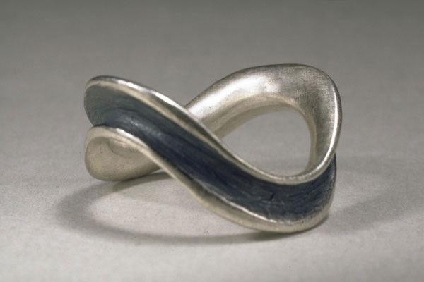 Curvy Single Row Horn Ring in Silver
