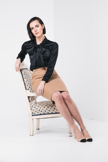 silk blouse with bow. A soft and flowy wardrobe-staple, with a elegant feminine collar wrapped with bowed ties.