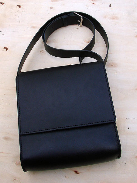 Messenger bag in black cow leather Another Way of Life