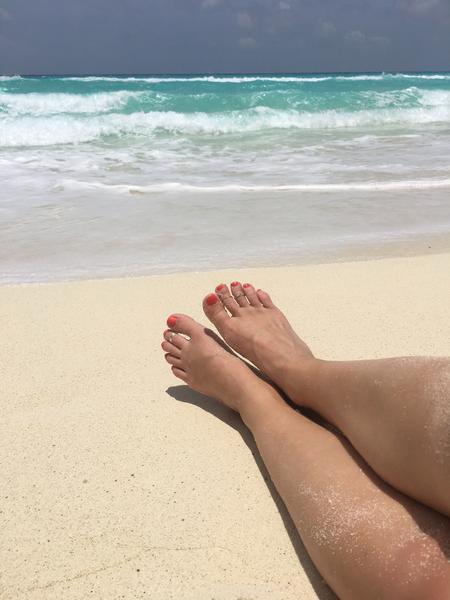1mm Simple Toe Ring shown on a foot at a beach