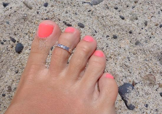 Hula Lei Sterling Toe Ring shown on a foot at the beach