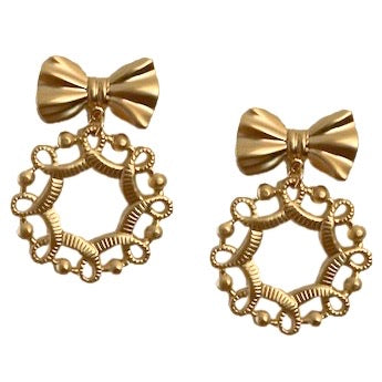 HOLIDAY WREATH WITH BOW MATTE GOLD EARRING