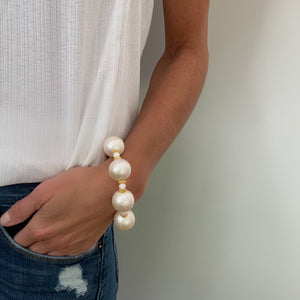 ARIA STATEMENT BRACELET IN WHITE WRINKLE PEARL