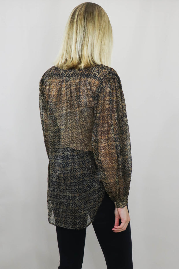 Model wearing Shirt Romulad, back view knees up with hands by side