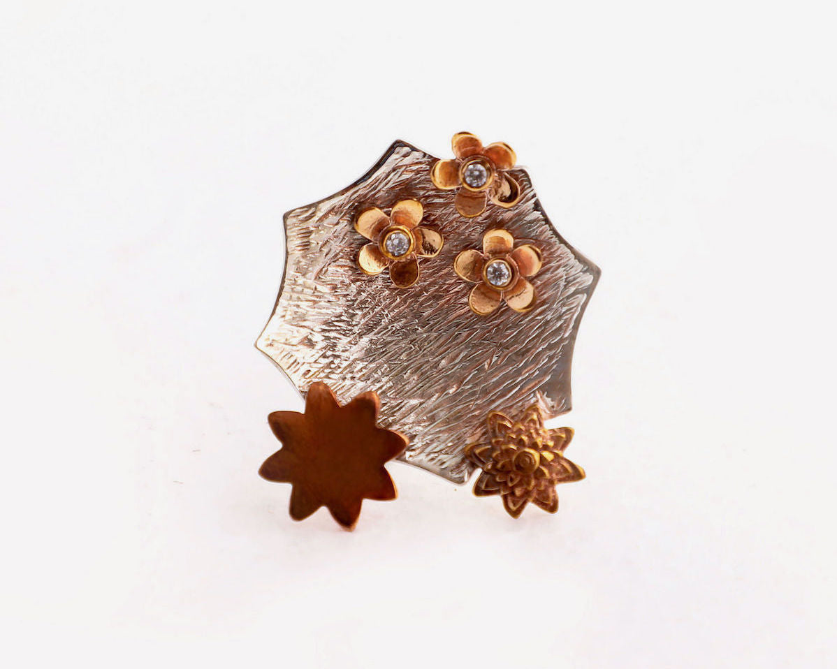 Cocktail ring in sterling silver adorned with copper flowers and cubic zirconia studs