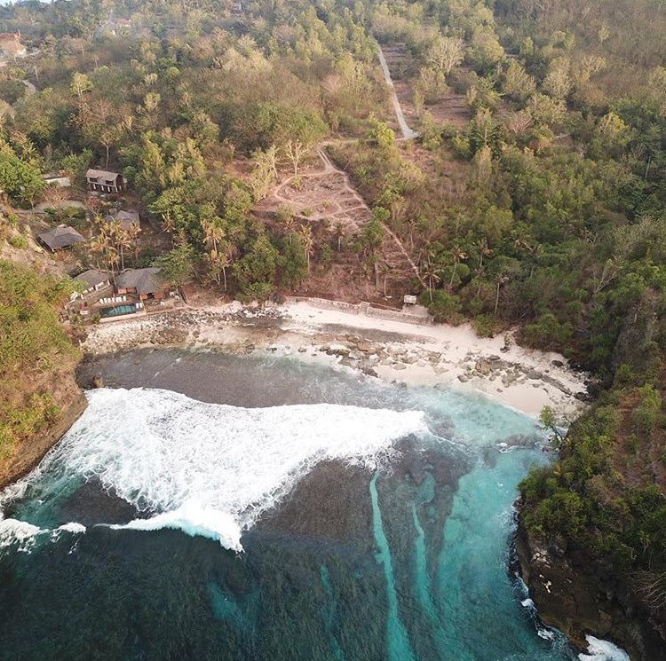 secret beach nusa ceningan by the bare sea
