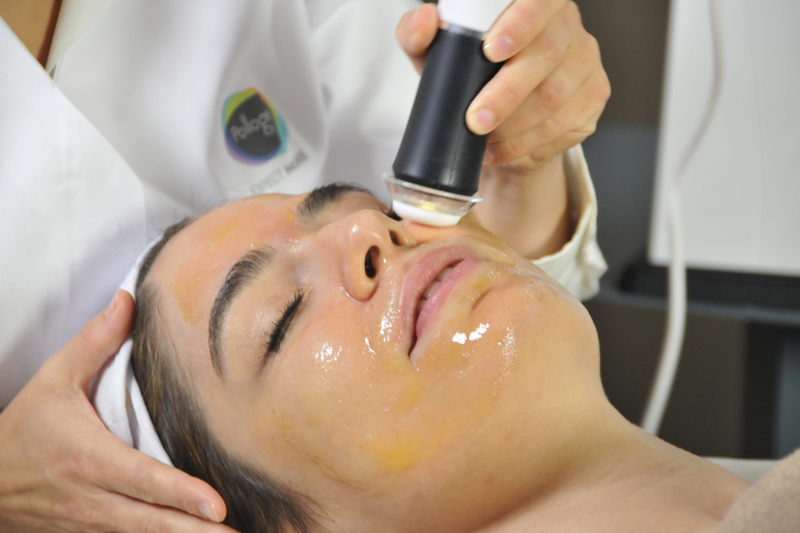 Woman getting Oxygeneo 3-in-1- Superfacial