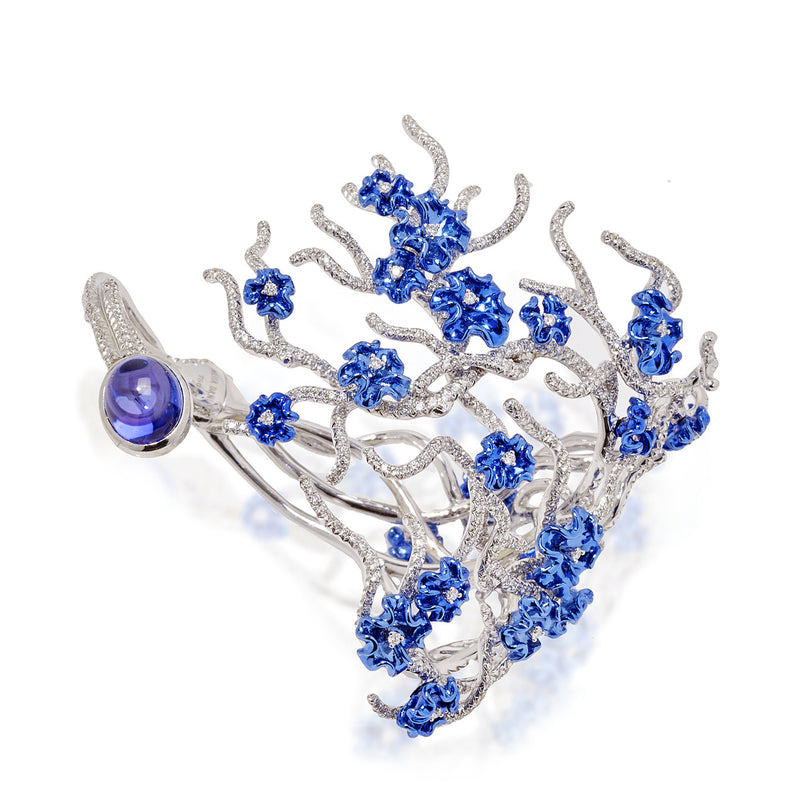 White gold bracelet, diamonds and finished with a cabachon tanzanite