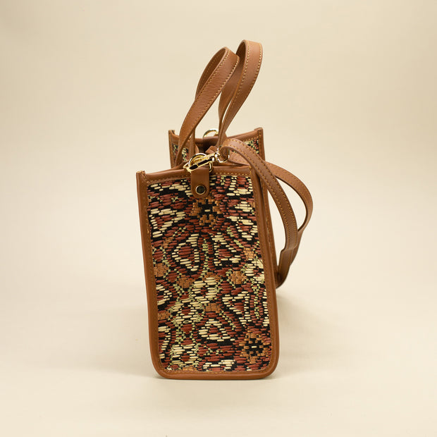 Bag in leather and patterned straw