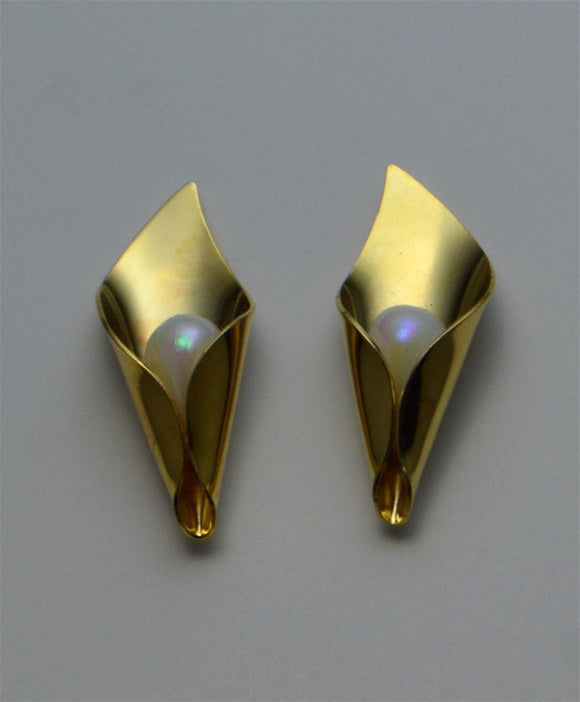 28 x 10 mm Gold or Silver Calla Lily with Pearl Center Magnetic  Non Pierced  or Pierced Earrings